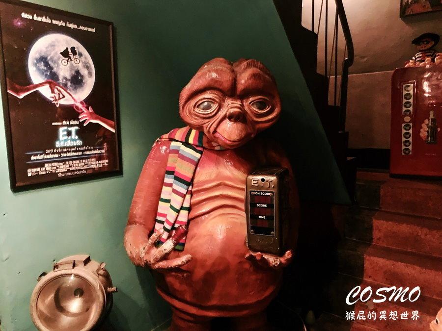 【台中美食】台中神秘的ET外星人主題咖啡廳COSMO飲所! 裡面有超大隻ET好酷,主打泰式奶茶也很奇妙!平日營業到凌晨兩點,假日營業到凌晨三點!(台中宵夜、台中茶店、台中咖啡廳)