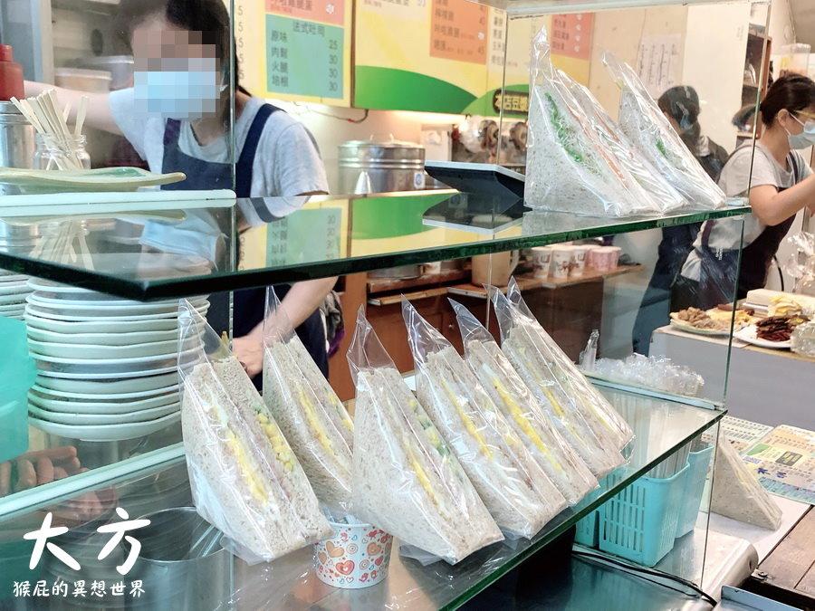 【台中美食】大方早餐店!台中人早餐都吃炒麵配東泉辣椒醬!蛋餅、吐司也好好吃! @猴屁的異想世界