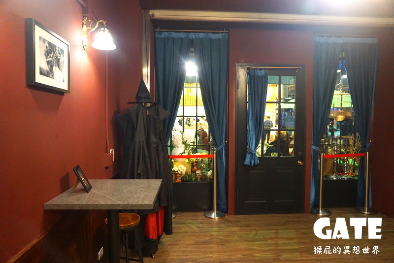 【台中美食】哈利波特風茶飲店-GATE紳士茶飲!2樓還有金牌特務的槍櫃!還有巫師袍可以穿歐!IG爆紅打卡飲料!(一中街英倫風飲料店、一中街主題餐廳) @猴屁的異想世界